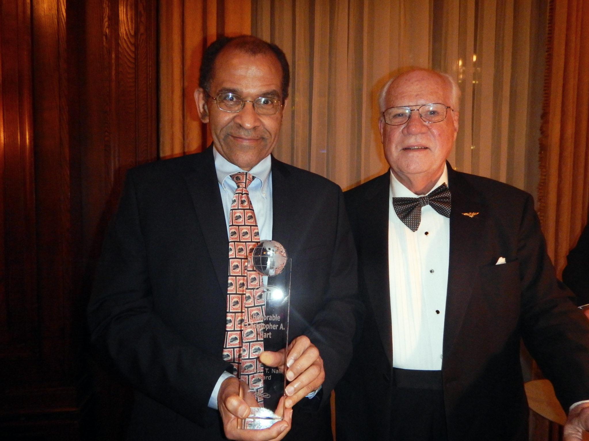 Tony Jobe presents Former NTSB Chair Hart with the Nall Award; Photo by Robert L. Feldman
